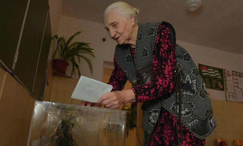 Власти Абхазии сообщили опровале референдума опереносе выборов