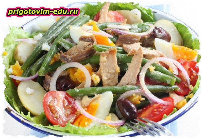 Салат с редисом, зеленью и сухариками