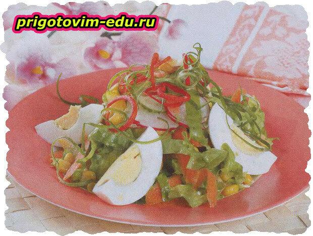 Легкий салат с яйцами и кукурузой