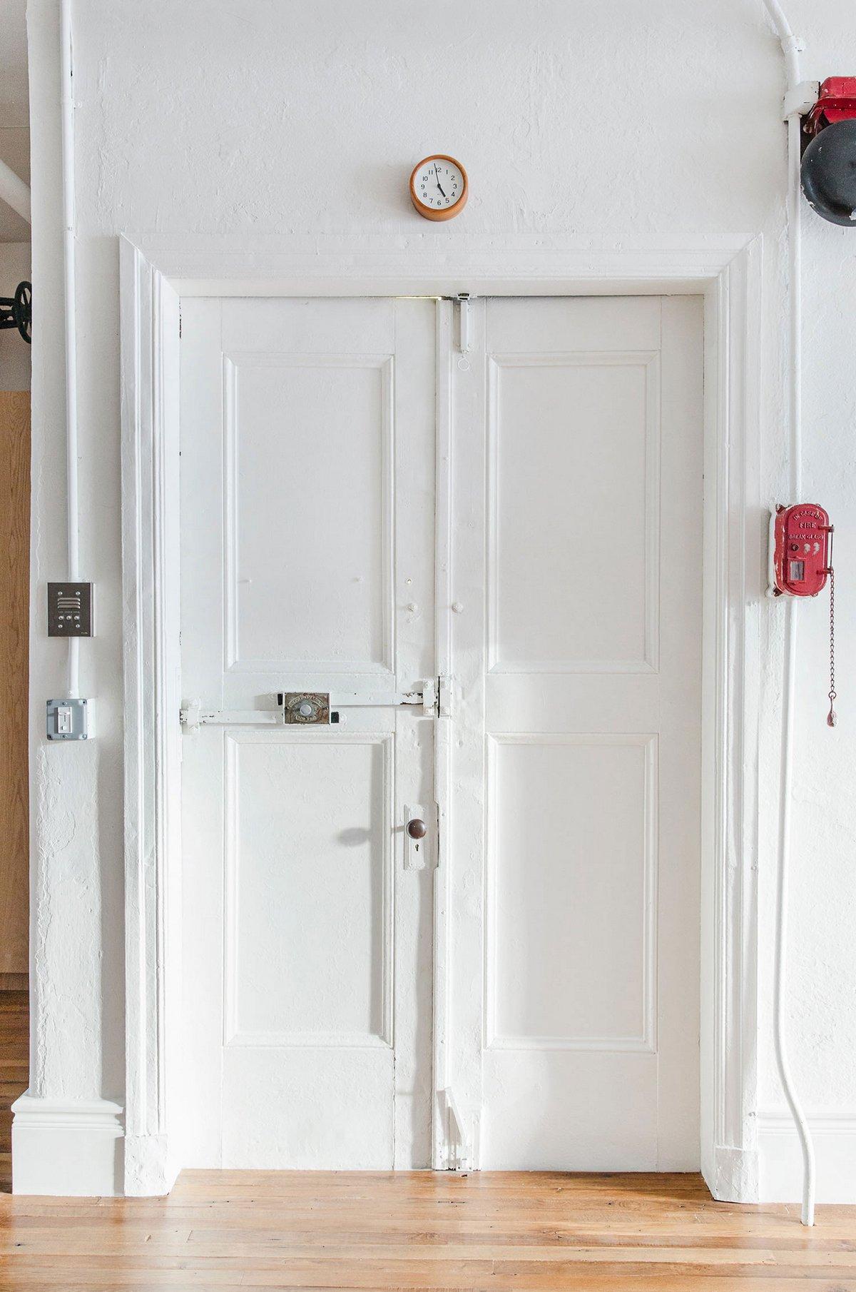 Двухстворчатая дверь в интерьере квартиры