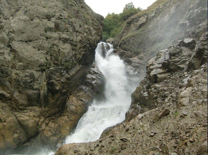 Водопад (Брызги шампанского) 30м. В ущелье Барскоон..jpg