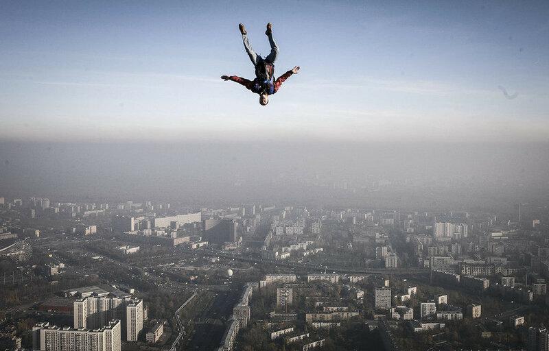 Бейсджампер-прыгает-с-Останкинской-башни_-С_Пономарев.jpg