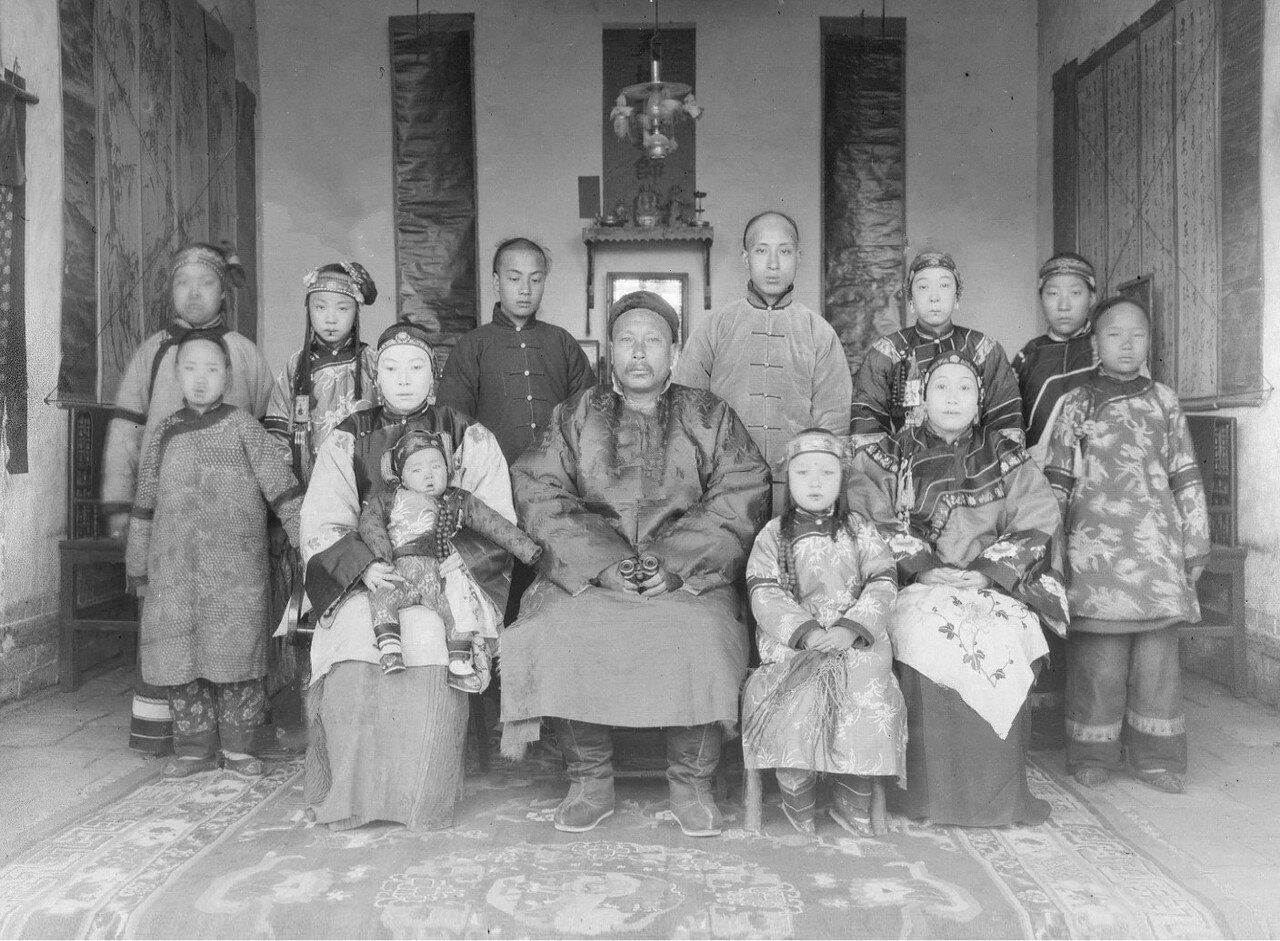 Тан, его три жены, их дети и слуги