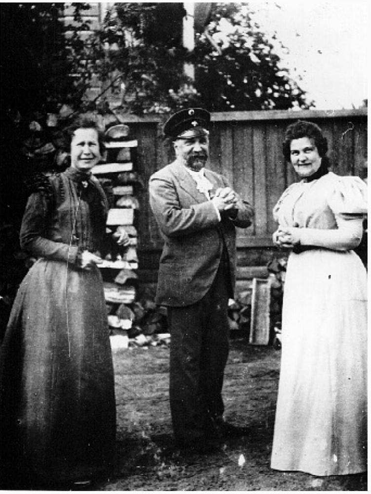 Г.М.Будагов, инженер-путеец, общественный деятель, сыгравший заметную роль в первоначальном развитии города с женой и неизвестной