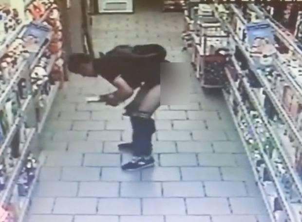 Духовность скреп: В России неадекватный покупатель нагадил прямо в магазине (видео, 18+)