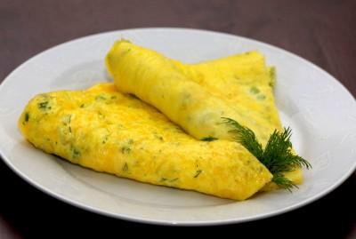 Ингредиенты (из расчета на 1 порцию) :  — 1 яйцо; — 100 грамм творога; — зелень; —