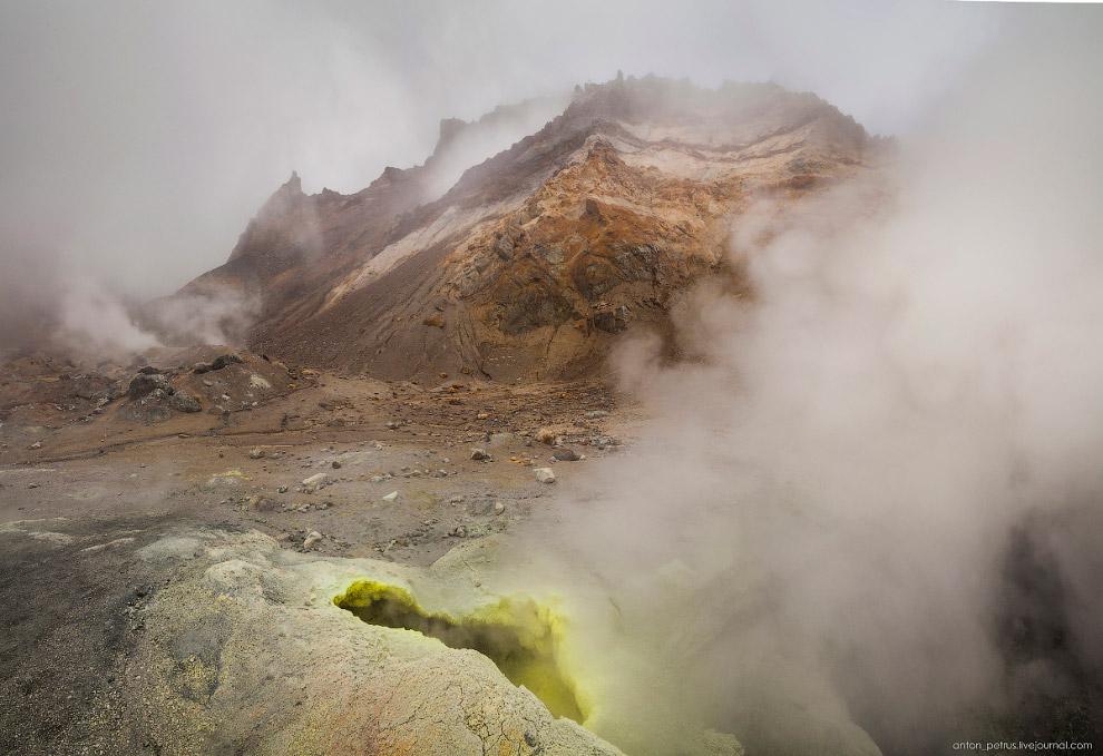 11. На пару мгновений облако рассеялось и открылся вид на грязную речку и фумаролы над ней. Нав
