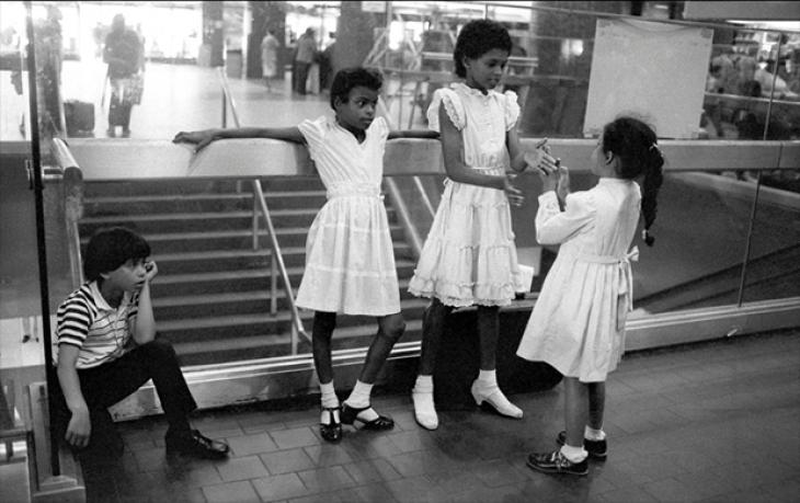 Дети ждут автобуса, 1983.