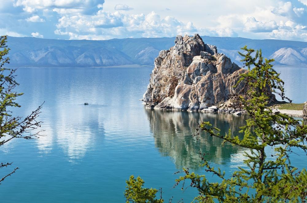 Это глубочайшее озеро планеты, крупнейший природный резервуар пресной воды. Его ширина колеблется от