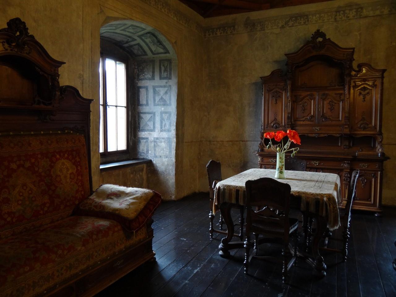 Сегодня отреставрированный замок принимает посетителей круглый год. Внутри него находится Оравский к