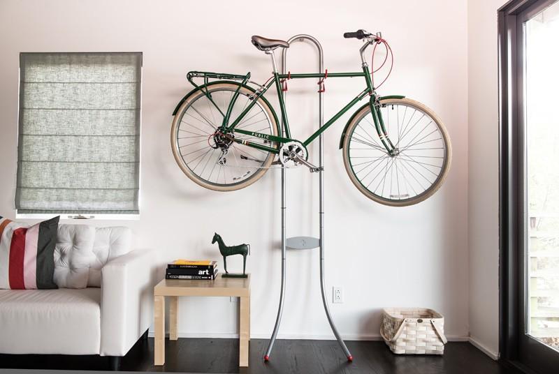 На этой стойке без проблем поместятся два велосипеда.