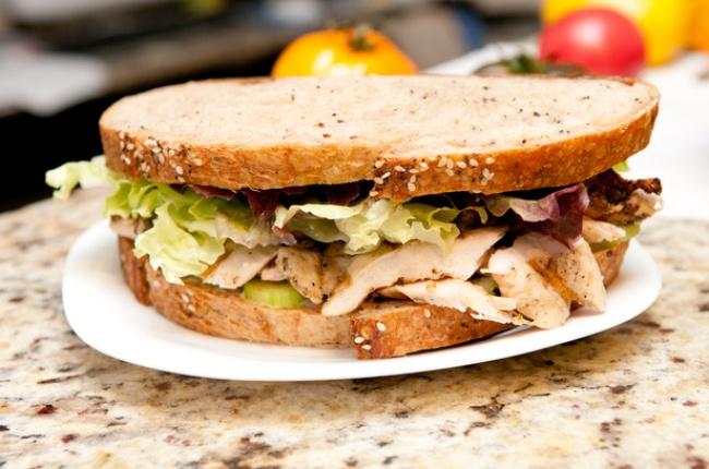 Вам понадобятся: 200г филе индейки 4ломтика цельнозернового хлеба 4листа листового салата небольш