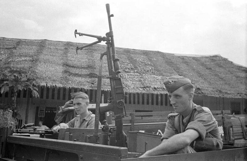 Malaysia_Royal_Artillery_troops_in_tank_with_gun.jpg