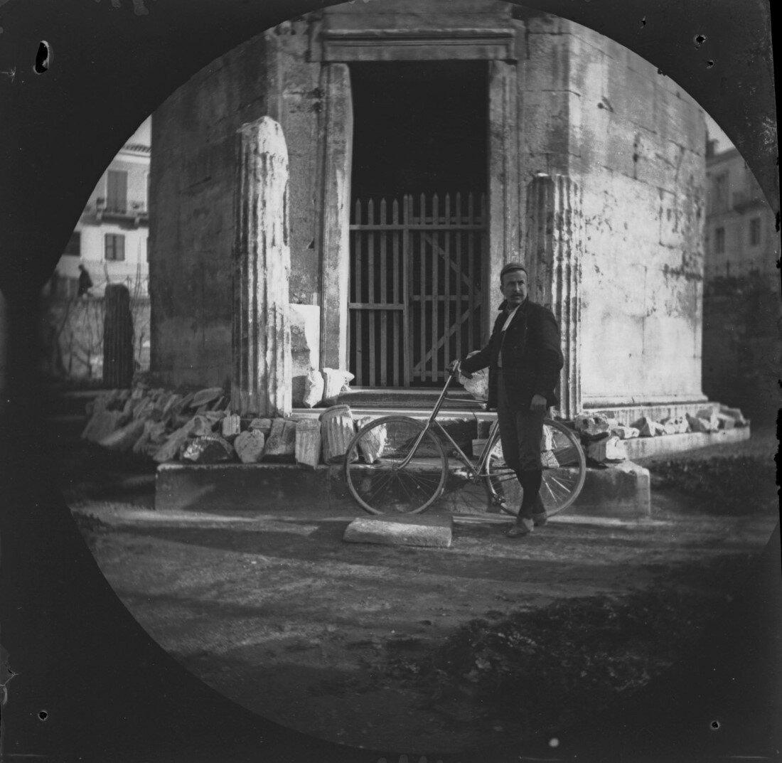 Уильям Захтбелен со своим велосипедом возле Башни Ветров