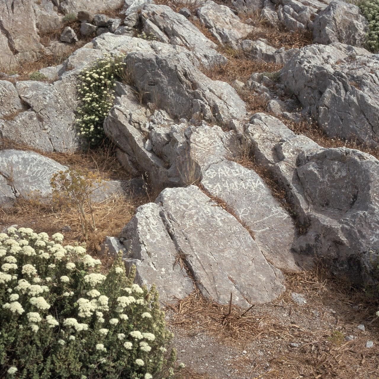 Санторини. Древняя Тира.  Святилище Аполлона. Фаллический  и рисунок. VII в. до н.э.