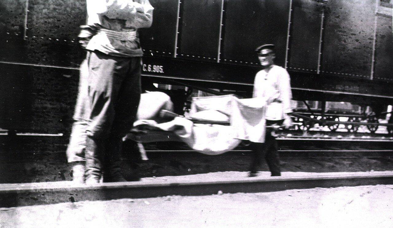 Маньчжурия. Станция 83. Погрузка в санитарный поезд тифозных больных