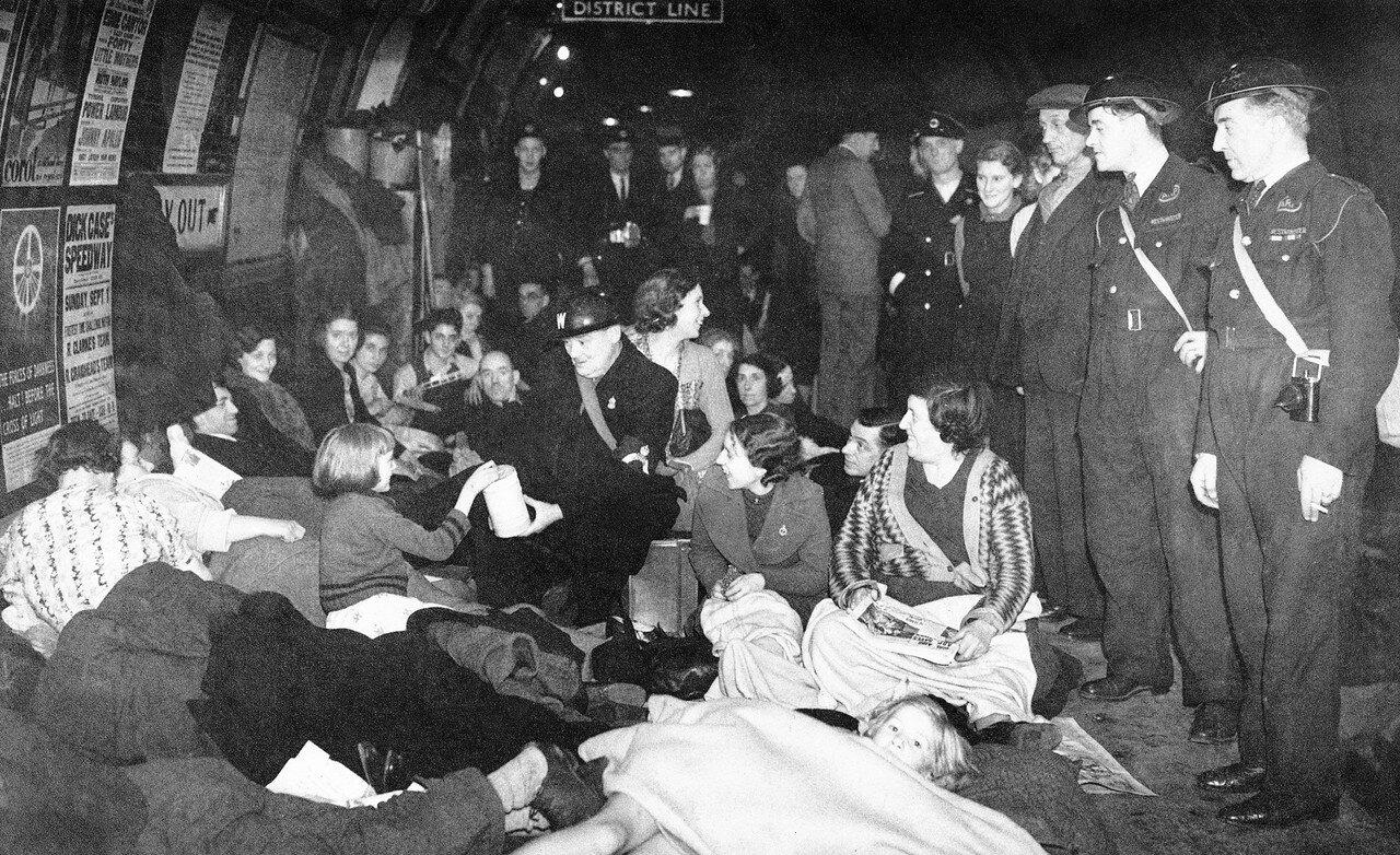 1940. Во время воздушного налета смотритель проходит меж лондонцев на станции метро и собирает средства на постройку новых самолетов Spitfire для защиты столицы. 21 октября