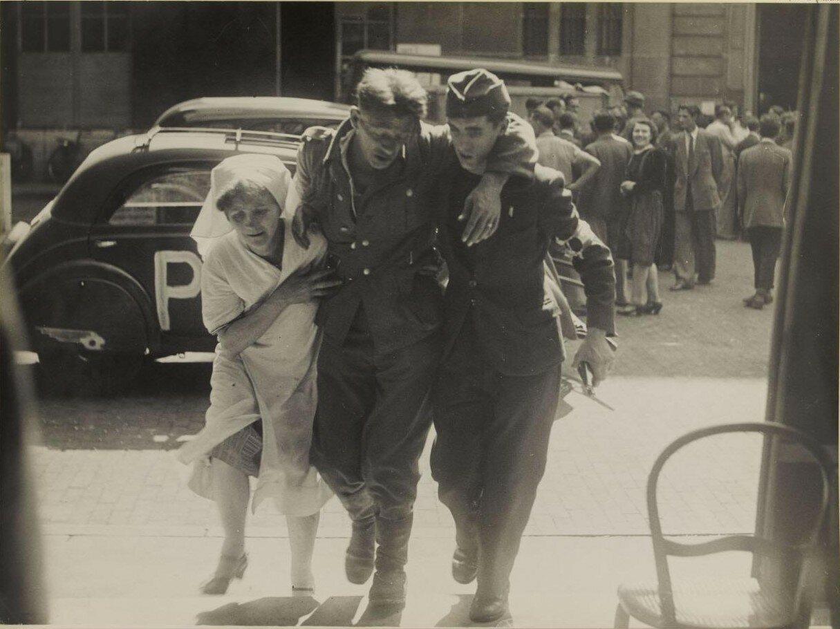 24-25 августа. Немецких раненых доставляют к мэрии девятого округа