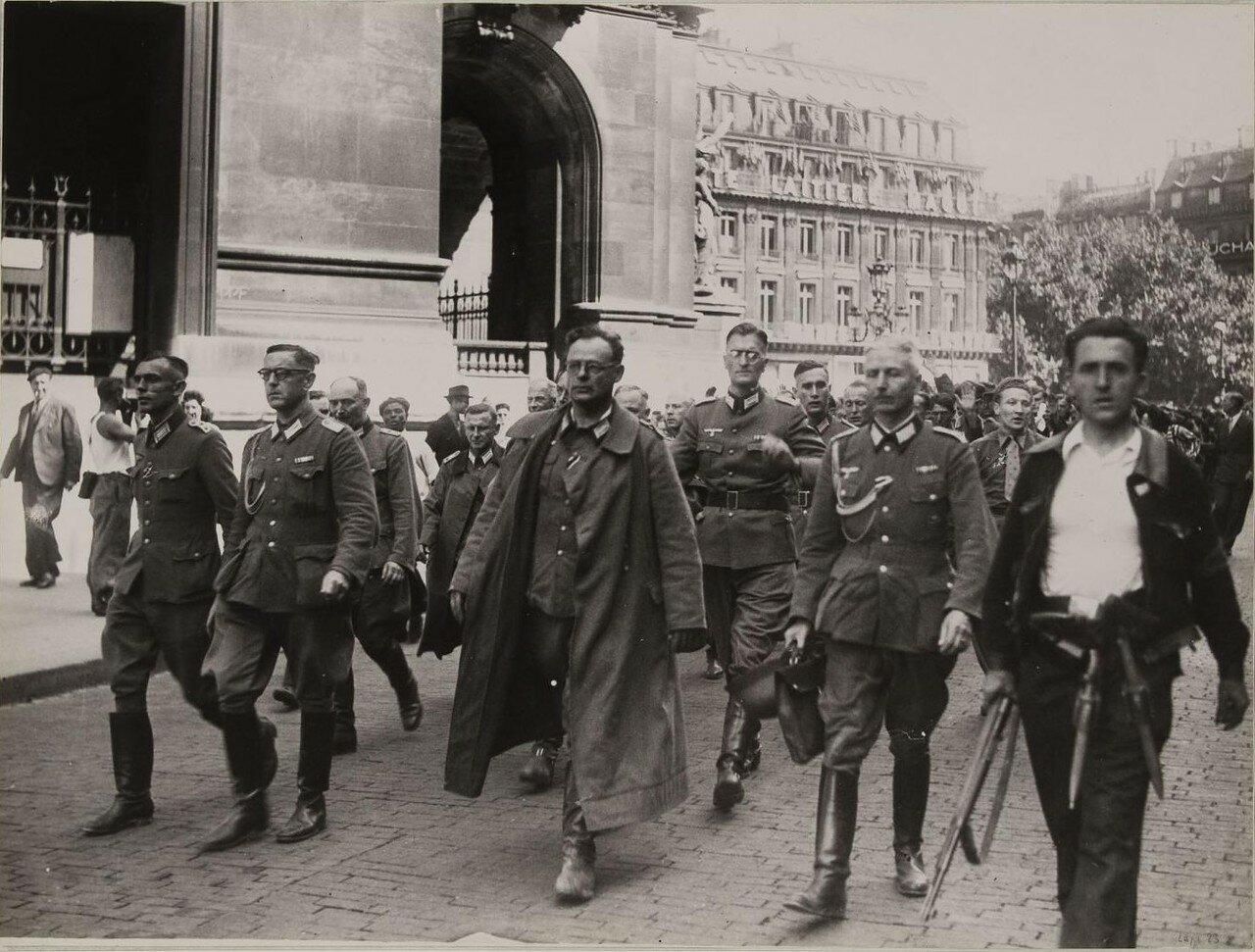 25 августа. Немецкие офицеры и солдаты проходят по площади Оперы