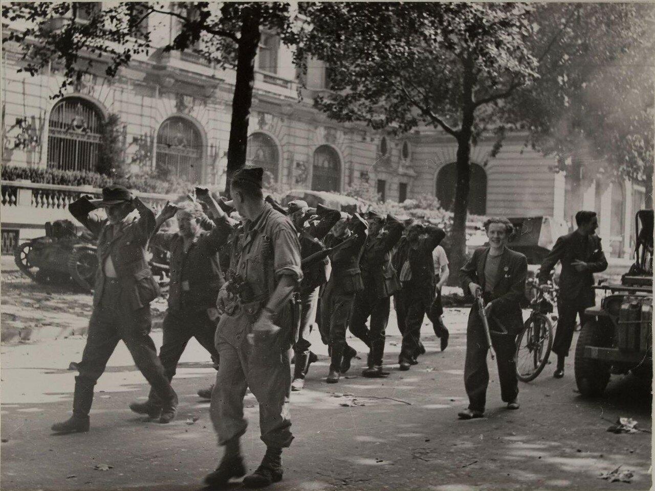 25 августа. Немецкие военнопленные возле отеля Маджестик