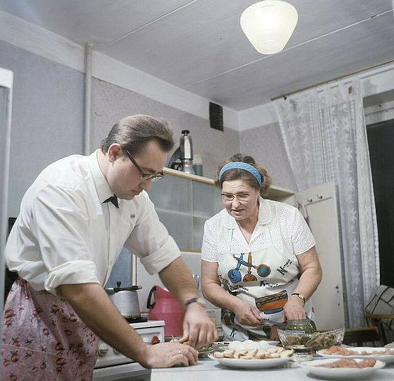 блюда на праздничном столе оливье холодец, заливная рыба морковный и свекольный салат селедка под шубой.jpg
