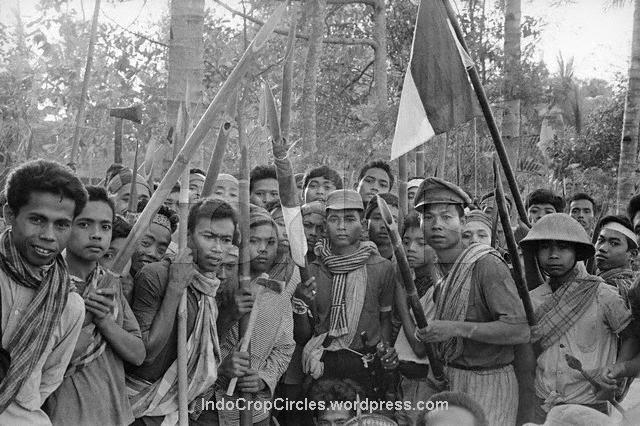 youth-armed-to-the-teeth-ready-to-kill-communists-at-mount-merapi-area-november-1965.jpg