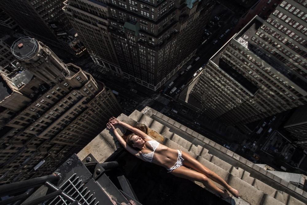 Девушки на крышах небоскребов Нью-Йорка