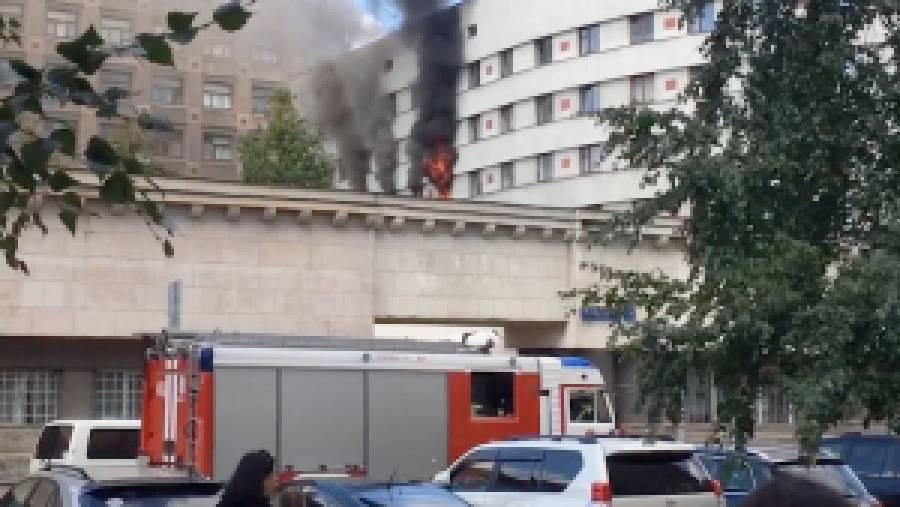 Паника в центре Москвы: В общежитии Минобороны РФ несколько часов не могут потушить пожар
