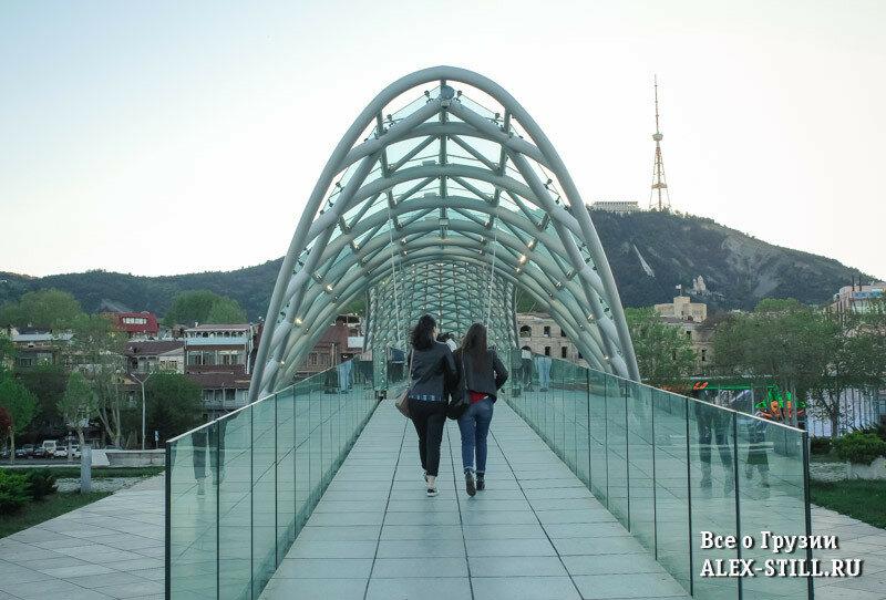 В сезон у моста Мира всегда много народа