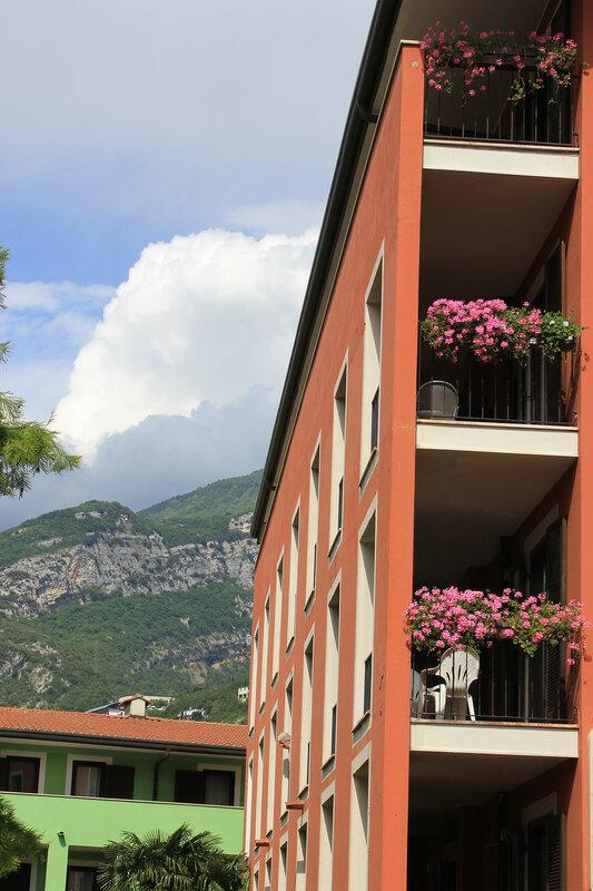Отель оформлен цветами