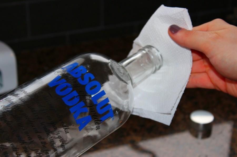 9. Очистка рук Водка является отличным средством дезинфекции и поможет очистить руки перед едой или