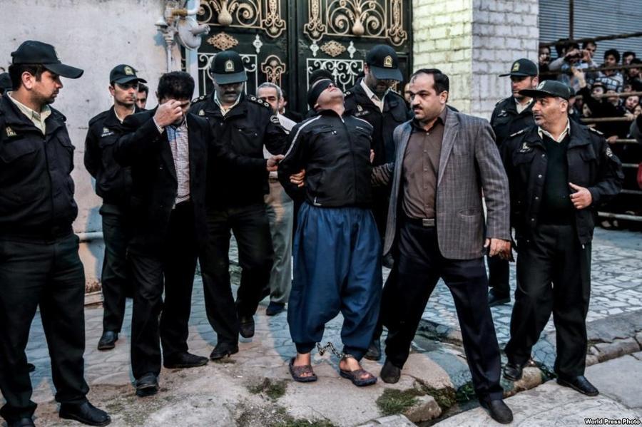 12. Работа иранского фотографа Араша Хамуши изображает человека по имени Балал, осужденного за убийс