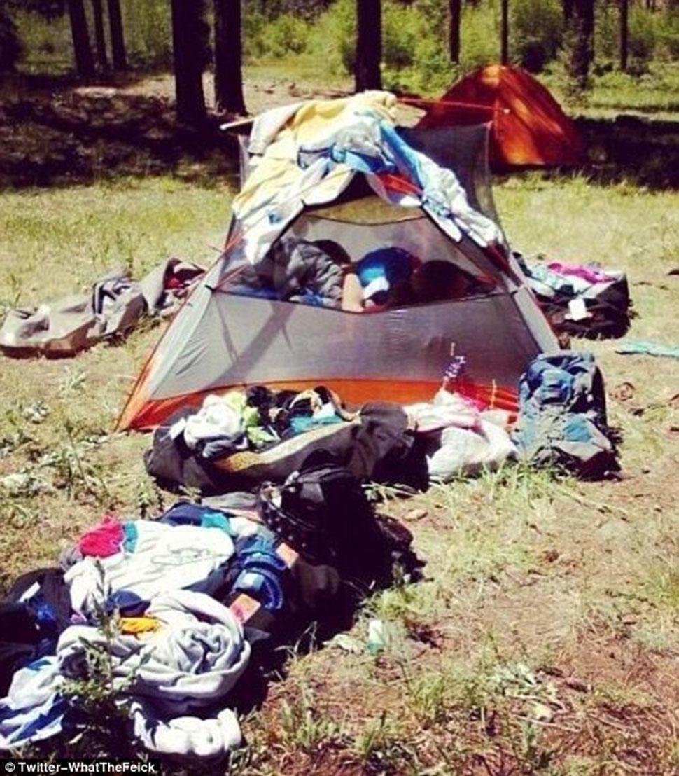 Вот что бывает, когда три девушки пытаются ночевать в одноместной палатке.
