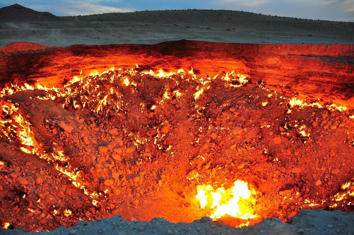 28. Приблизьтесь к так называемым «Вратам Ада» — горящему газовому месторождению Дарваза в Туркменис
