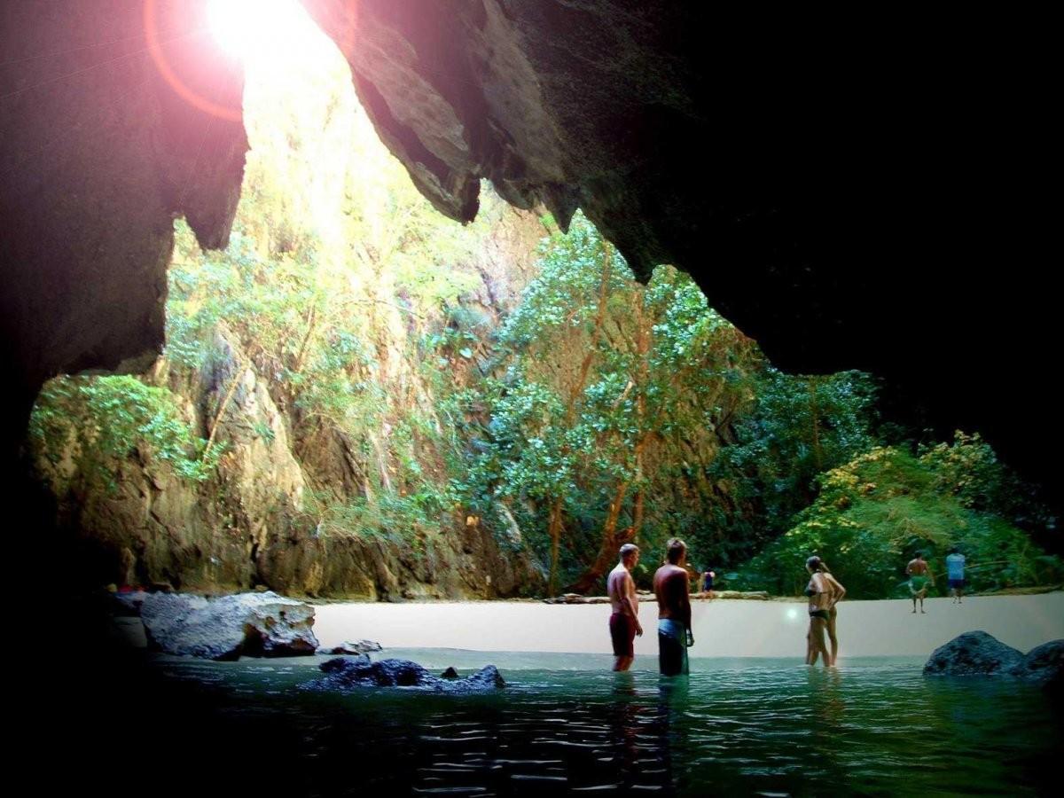 56. Приплывите на уединенный пляж в пещере Моракт на острове Ко-Мук, Таиланд.