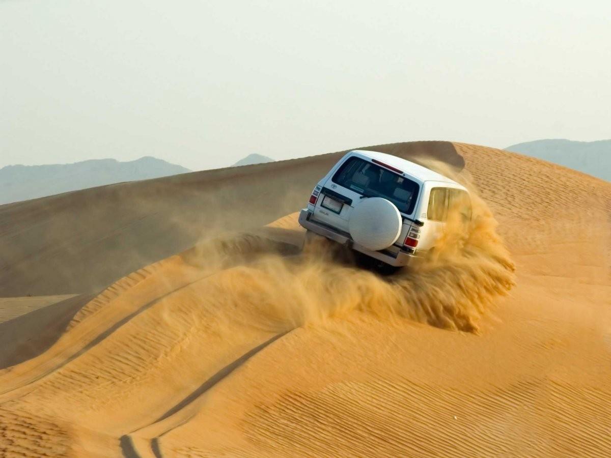 62. Совершите сафари по песчаным дюнам за пределами Абу-Даби.