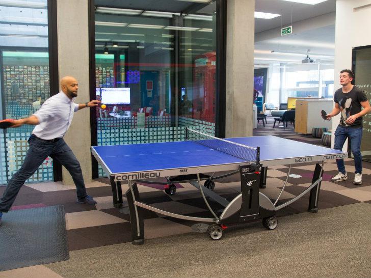 Внутри, как и во многих высокотехнологичных компаниях, есть пинг-понг и кикер.