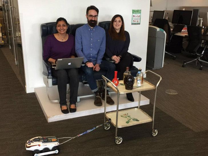 Сотрудники даже сконструировали трамвайчик с GPS-навигатором, который курсирует по офису, развозя ке