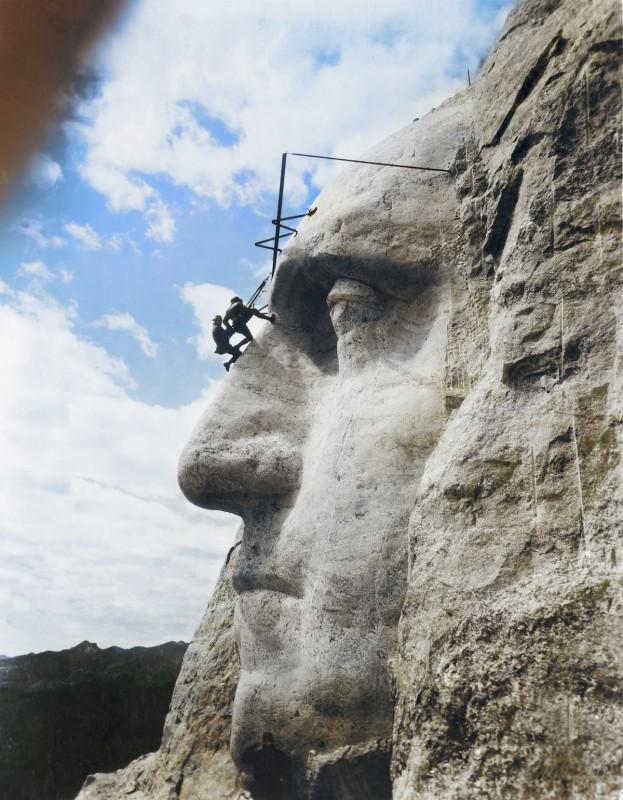 31 мая 1932 года. Джон Гутзон Борглум, американский архитектор, оценивает работу над лицом Джорджа В