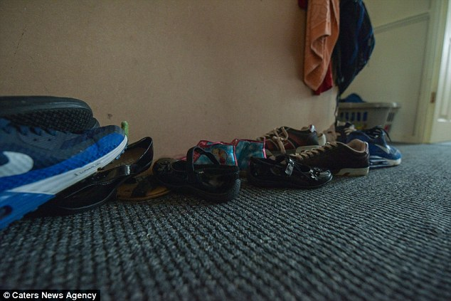 Безработная семья мигрантов с 8 детьми отказалась от дома, так как там не было столовой