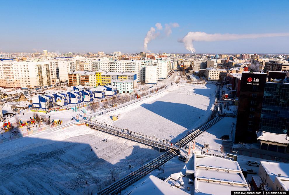 62. Добраться до Якутска можно на самолёте, на машине или по реке. Железнодорожного сообщения с