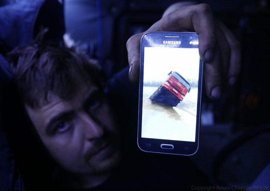 Руслан показывает фотографию грузовика его друга, застрявшего в прошлом рейде. Он сказал, что если а