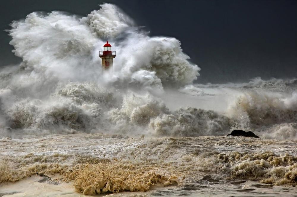Шторм уберегов Португалии. Источник: mylisbon.ru Фото напревью: Pepe Balsas