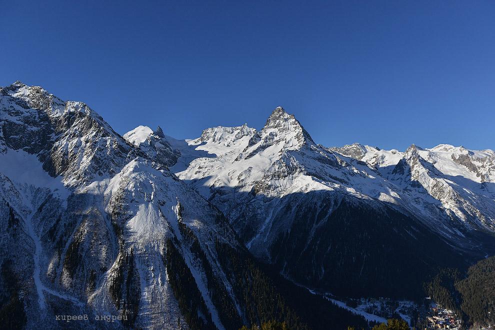 3. Знаменитый горнолыжный курорт Домбай является центром туризма на Кавказе. Находится он у под