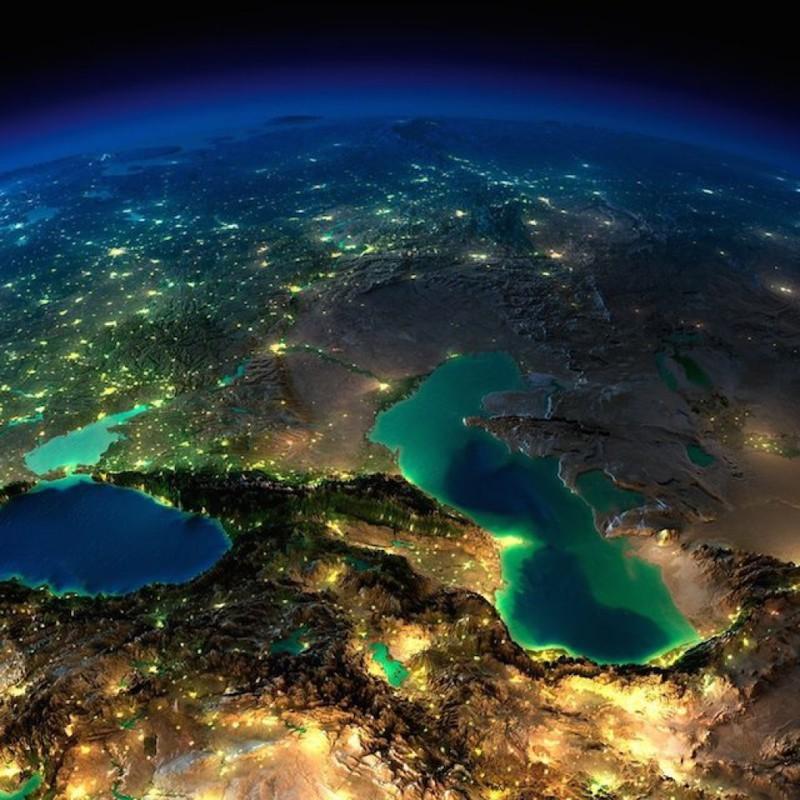 3. Кавказ, Каспийское и Черное море ночью без облаков.
