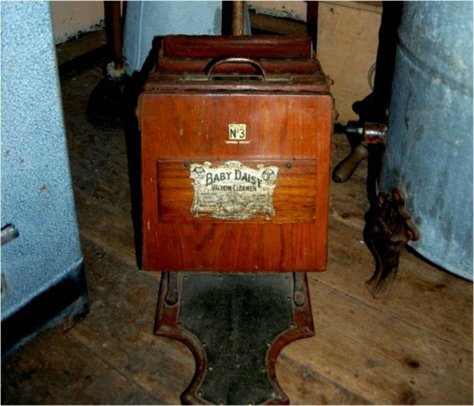 Один из первых пылесосов, для работы которого требовалось два человека.