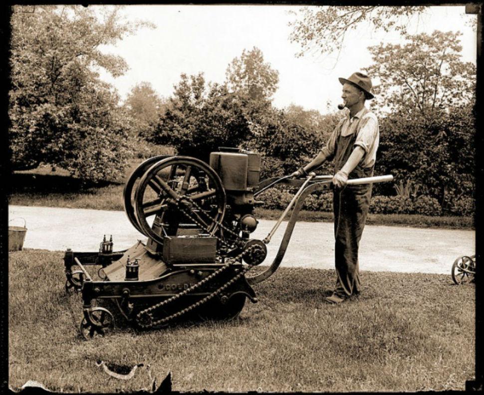 Первая газонокосилка в ботаническом саду Миссури, 1918 год. Косилка работала на бензине, а охлаждала