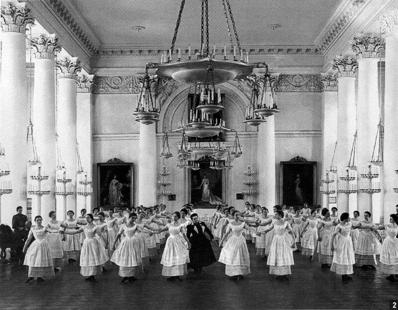 Воспитанницы Смольного института благородных девиц на уроке танцев (1889)