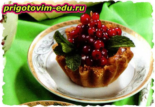 Миндальный десерт с красной смородиной
