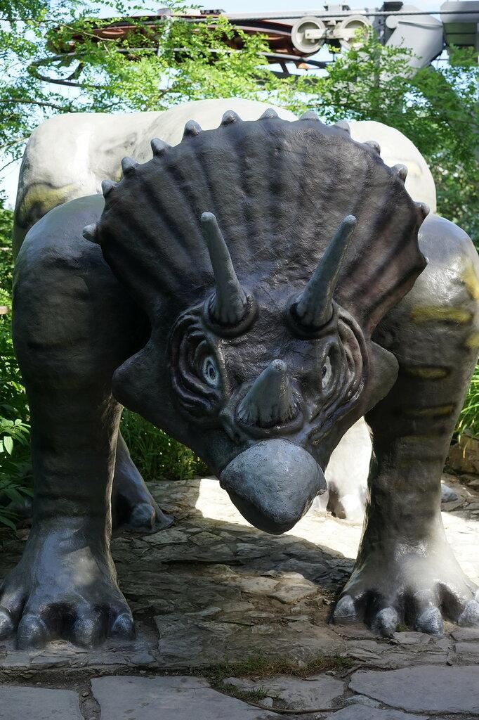 Парк Юрского периода. Трицератопс в Сафари-парке в Геленджике.